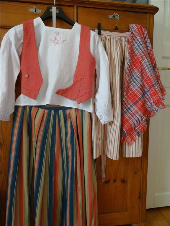 Traditional costume pieces from Östbo parish, Jönköping district. Size 34-36 . Included skirt, blouse, vest, apron, scarf and cap. All in good condition , only a small patch on the vest at the mark , is not visible when the scarf came on. It is from 1978. 500 kr on tradera.com