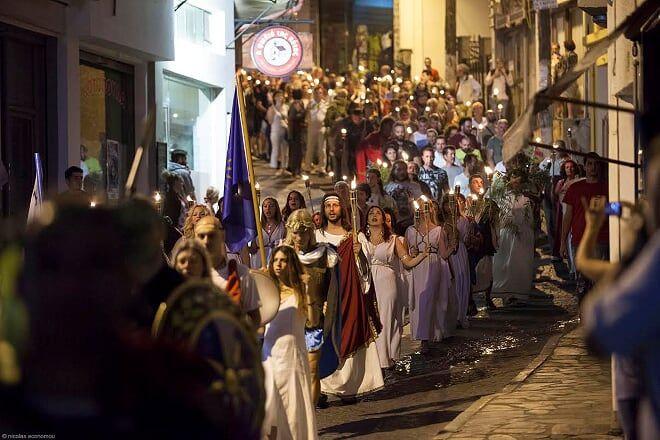 """Sandales, manteaux et dévotion pour la grande fête du """"Dodécathéisme""""   Des milliers…"""
