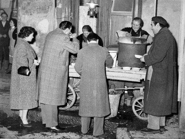 """La """"mussolera"""" di via Sorgente. Tutto intorno alla bancarella i succulenti frutti di mare diffondevano un profumo che attirava i buongustai. 27 novembre 1955"""