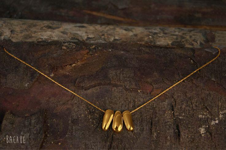 - Chamán -  Collar Chamán Triple plano (cadena y dijes con baño en oro).  Fotografía Andrés Hoyos