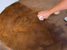 Restauración de una mesa antigua , acabado a la cera.