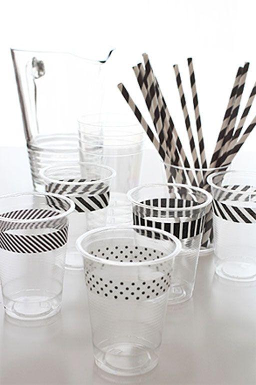 DIY tip: customize plastic bekertjes met masking tape voor een feestelijk resultaat.
