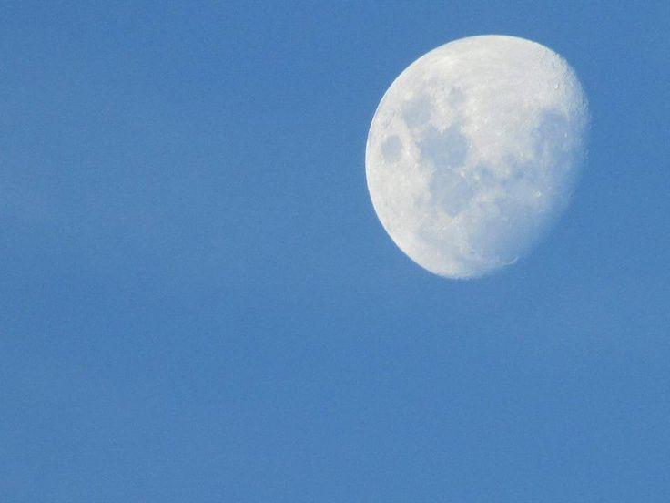Los claros del cielo, la luna y la nieve son un color.