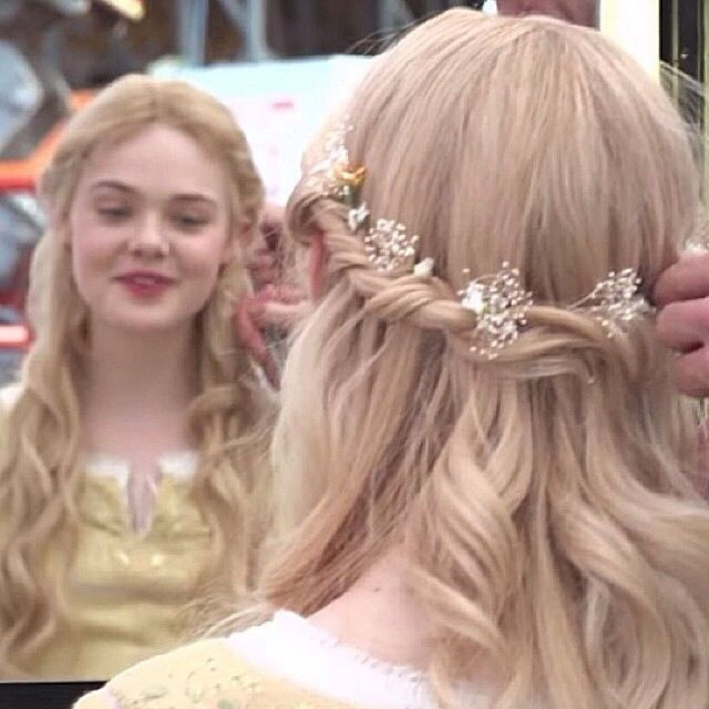 Elle Fanning gets to live out every little girl's fantasy and become a princess for her new movie Maleficent. Here are two different ways to copy Elle Fanning's Disney Hairstyles, Princess Hairstyles, Pretty Hairstyles, Girl Hairstyles, Wedding Hairstyles, Fantasy Hairstyles, Elle Fanning, Aurora Hair, Renaissance Hairstyles