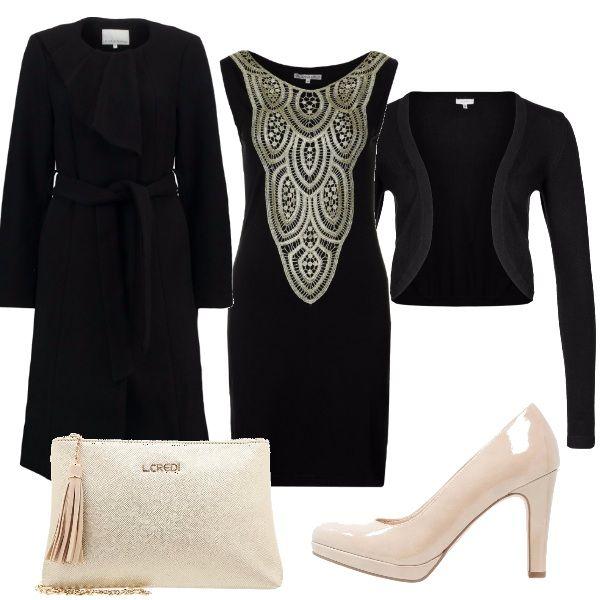 Per questo outfit: bellissimo vestito smanicato nero con disegno dorato, coprispalle nero, cappotto classico lungo nero, décolleté nude e pochette nude con dettagli dorati.