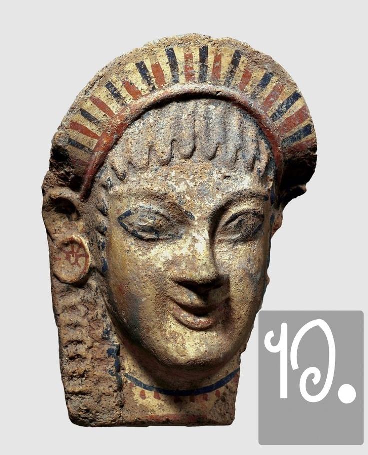 I kouroi e le korai (letteralmente, 'ragazzi' e 'ragazze', nome dato alle statue arcaiche) ripropongono, nei loro occhi troppo grandi, nel loro sorriso misterioso, nell'immobilismo dei gesti, un gioco di specchi attraverso il Mediterraneo. Qui, l'antefisso (cioè, un pezzo di tegola che sporgeva dallo spigolo dei tetti) di un tempio etrusco, di chiara ispirazione greca.