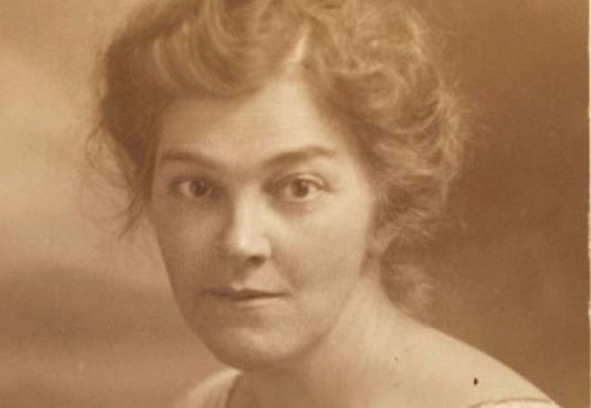Η #Βέρα_Μπρίτεν, δεν ήταν μόνο μυθιστοριογράφος, αλλά έχει γράψει και ποίηση. Ένα από τα πιο γνωστά ποιήματά της είναι «Οι θαμμένες αδελφές στη Λήμνο» __________________________ Του Γεωργίου Νικ. Σχορετσανίτη #poetry #poet #poem  http://fractalart.gr/oi-thammenes-adelfes-sti-limno/
