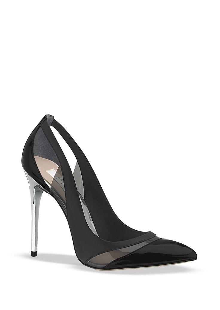SEMICERRADO PERLA Código. 2108902/Mod. 18.629 $ 68.10 Zapato semicerrado con punta pronunciada y detalle de la mica en corte, tacón cromado y Combinación de colores. Color: Negro Material: Sintético Altura de tacón: 11 cm. Marca: ANDREA