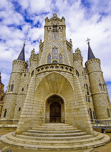 The Episcopal Palace of Astorga. 1889-1913. Astorga, León, España. Architect: Antoni Gaudí