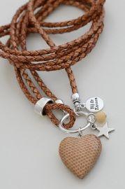 Ketting van rondgevlochten leer met hanger houten hart, zilverkleurige bedel ster en kraal half-edelsteen (NOTTINGHAM-15)Kleur: cognacLengte: circa 52cm incl. hangerEigen ontwerp van Bij de Zussen
