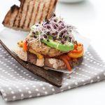 Scopri con questa semplice ricetta di Sale&Pepe come realizzare uno sfizioso hamburger di ceci con peperoni arrostiti.