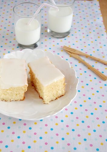 Super tender coconut cake with coconut icing / Bolo de coco super macio com cobertura de coco by Patricia Scarpin, via Flickr