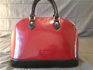 borsa bicolore vera pelle ottima la rifinitura e anche i materiali unico pezzo ad un prezzo speciale