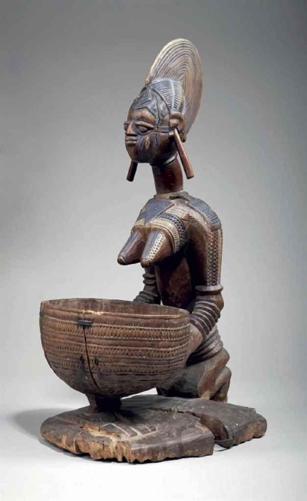 Porteuse de coupe Yorouba Yoruba female bearer of a bowl Nigeria Attribuée à Obembe Alaye Hauteur: 58 cm.