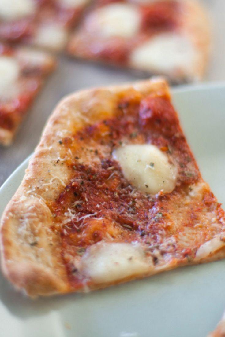 Pizza marinara et fromage: Un repas amusant qui plaira à toute la famille! Demandez aux enfants de vous aider à garnir cette délicieuse pizza maison. Donne deux pizzas de 30 cm (12 po) – divisez simplement les ingrédients en deux.