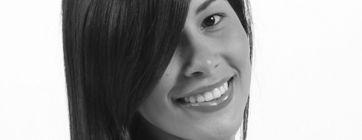 Carmen Viloria nació el 7 de diciembre de 1985. Es Licenciada en Comunicación Social de la Universidad Santa María. Ha desarrollado una vida profesional ligada a las relaciones públicas. Ha escrito poesía desde muy joven y en 2015 publica su primer poemario de la mano de Editorial Igneo  #ConociendoAUnEscritor #LeamosEscritores