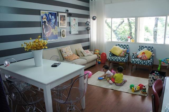 Casa de Colorir - Cadeira DKR transparente com mesa branca.
