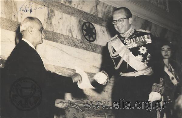 Ο πρωθυπουργός, Νικόλαος Πλαστήρας, παραδίδει στο βασιλιά Παύλο Α ...