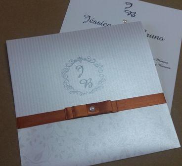Convite de casamento em papel metalizado estampado, listrado e floral.