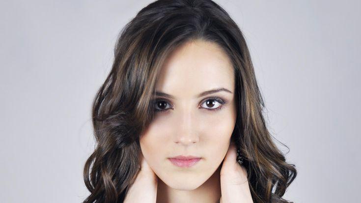 Testez une nouvelle coupe de cheveux en ligne avant de passer chez le coiffeur. De nombreux sites gratuits vous offre la possibilité de tester une coiffure sur un model ou votre photo. Couleur de cheveux, longueur, effet… testez n'importe quelle coupe de cheveuxavec le simulateur de coiffure gratuit en ligne. Le classement regroupe des sites