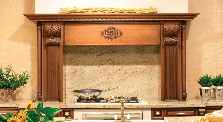 Klasická kuchyně Loreta s ornamenty na krbové římse.