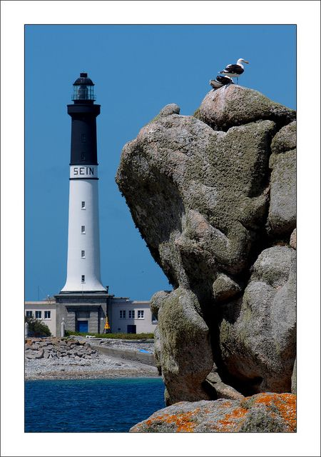 Mer d'Iroise - Grand phare de l'île de Sein (Finistère) - Coordonnées 48°02′37″N / 4°52′01″O - Feux : 4 éclats blancs 25 s