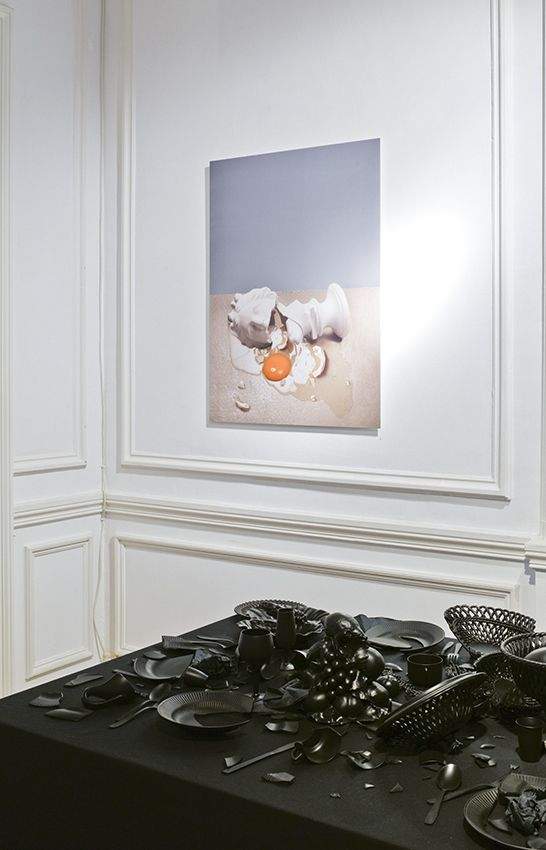 Robert GLIGOROV - Minerva, 2011, Color digital print on dibond, 110 x 80 cm, ed. of 5 |Cathy COËZ - Time for truth (detail), 2012, Black table and various black objects, 121 x 318 x 119 cm, unique