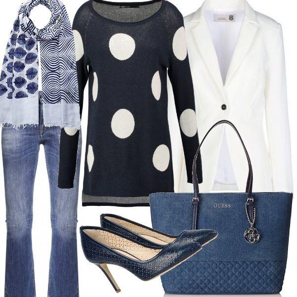 Abbigliamento da ufficio informale che, in un attimo, si trasforma per il fine settimana. Jeans capri, maglia morbida, scarpe e borsa blu, una sciarpina tuttofare e il blazer bianco.