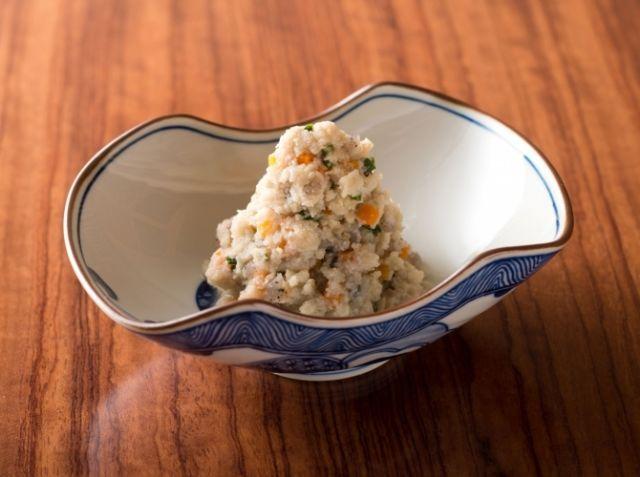 卯の花 - 工藤 淳也シェフのレシピ。京のおばんざい「卯の花」は、おからにだしや調味料を煮ふくませたもの。お吸い物のような状態から汁気がなくなるまで徐々に煮詰め、しっとりと仕上げます。鍋から目を離さずに、時折アクを除いたり、かき混ぜてください。野菜の大きさをそろえれば、小気味よい食感が楽しめます。