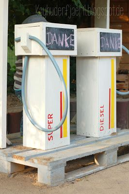 Kindertankstelle aus Holz-resten, -paletten und Waschmaschinenschläuchen / Children's gas station made of europallets, wooden boards and washing machine hoses