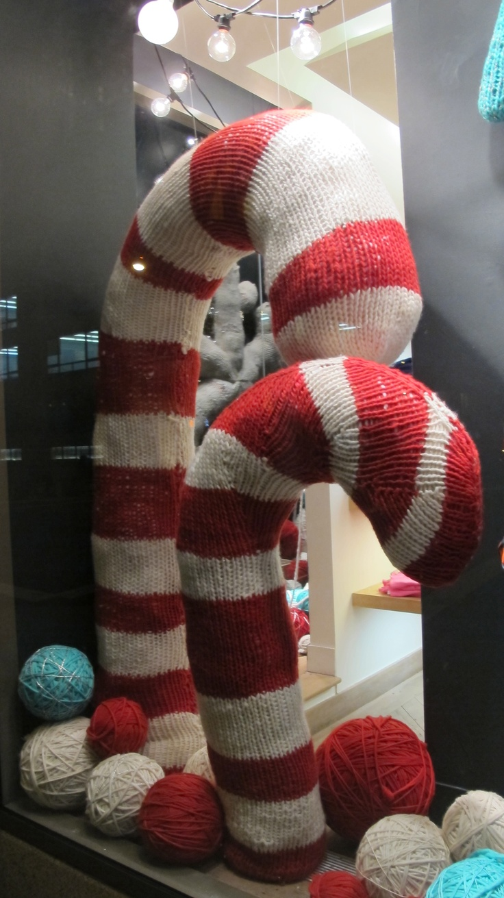 I love to see knitted windows displays