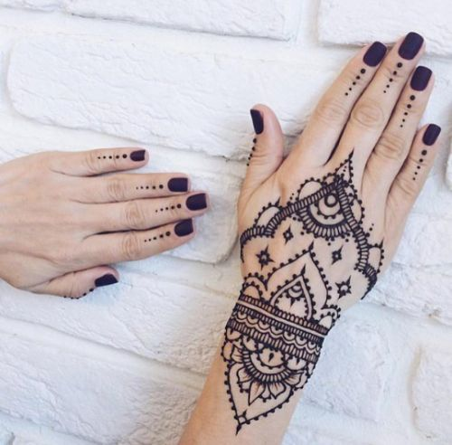 best 25 black henna ideas on pinterest henna hand tattoos henna tattoos and henna hand designs. Black Bedroom Furniture Sets. Home Design Ideas