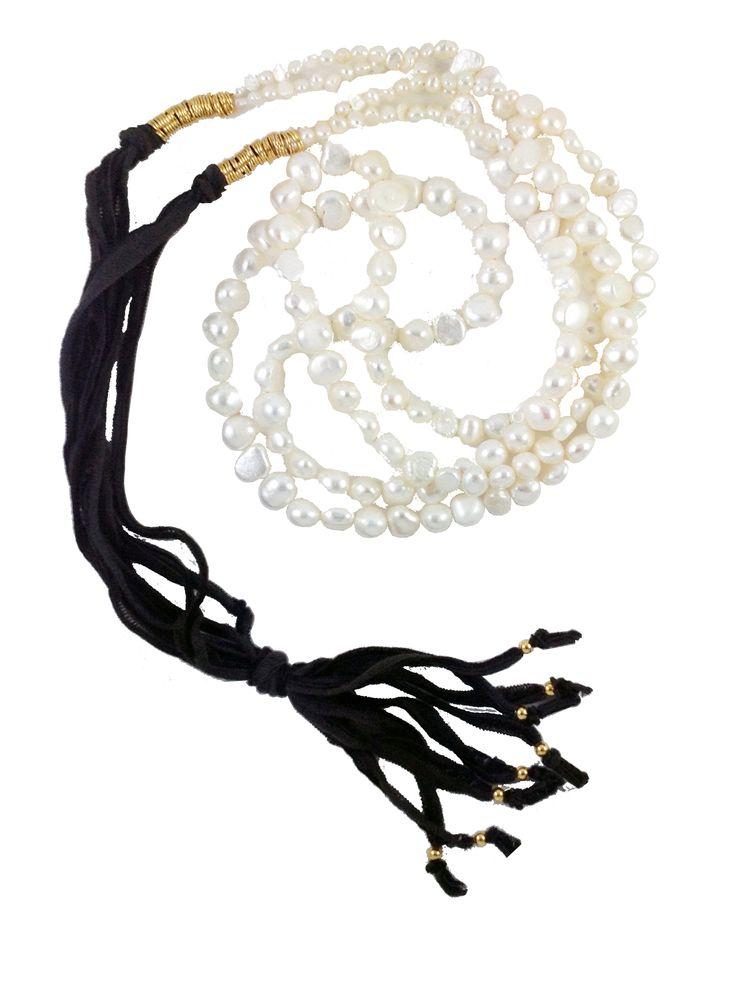 Collar perlas naturales blancas y seda negra $122.000 COP