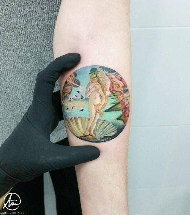 """Sin filtros de ningún tipo y después de más de 4h de minucioso y cuidadoso trabajo, os dejo este cuadro de 8'5cm de """"El nacimiento de Venus"""" de Botticelli en el que curiosamente, mi clienta ha querido añadirle a la cara de ésta el sombrero y la manzana de Magritte. Lo llevará en el antebrazo para siempre y eso me enorgullece ya que me ha elegido para ser su primer tatuaje. Muchísimas gracias Esther, he pasado una tarde suuuuper agradable!!"""