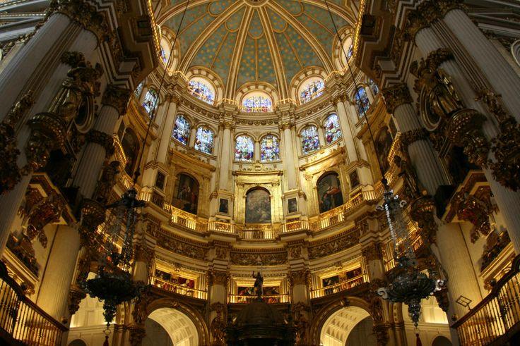 La Catedral de Granada, pese a no ser tan espectacular como otras catedrales de España como la de Burgos, Toledo o León, es un monumento imprescindible si se quiere conocer esta bella ciudad.  Construida algo más tarde que estas catedrales góticas castellanas, la de Granada es el mejor ejemplo de arquitectura renacentista religiosa que tenemos en España. Con sus cúpulas, sus dorados añadidos en el Barroco y sus sempiternas obras (siempre cubierta de andamios) es un auténtico mito el poder…