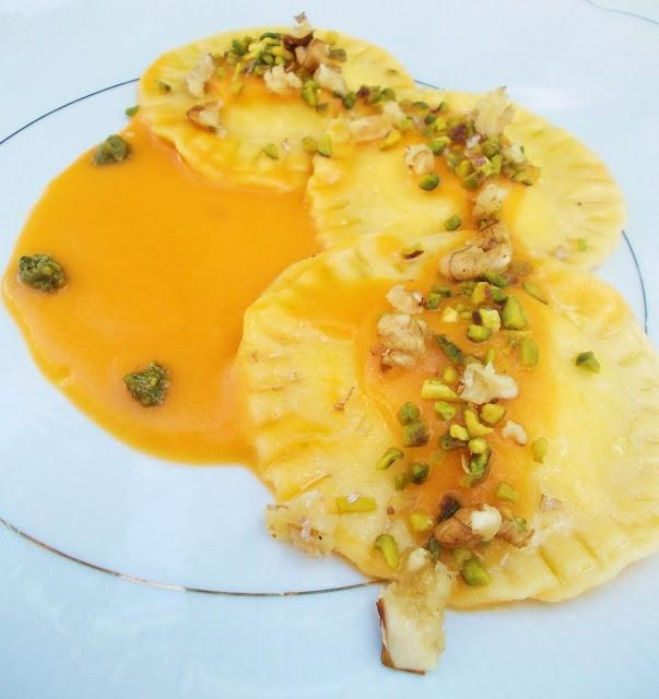Ravioli ripieni di ricotta di bufala, scamorza e pesto di pistacchio su vellutata di zucca allo zenzero