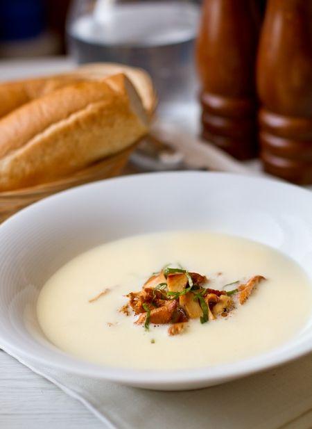 Чесночный крем-суп с лисичками