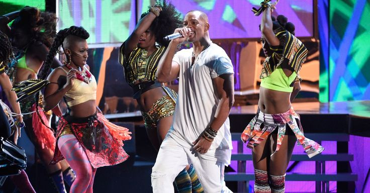 Will Smith popped up at the Latin Grammy Awards, rapping during a performance by Bomba Estéreo.