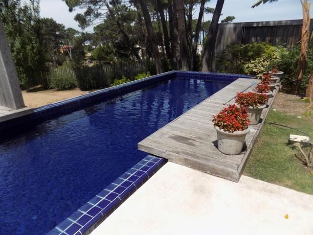 XINTEL(BPV-BPV-2415)<br/>Alquiler temporario  de Casa 4 DORMITORIOS en LA BARRA Excelente ubicación, a 300 metros de la playa, zona arbolada y de mucha tranquilidad. 4 dormitorios en suite, amplio living comedor, cocina completa.  Gran parque con piscina Beba Páez Vilaró inmobiliaria Ruta 10 y las Espumas info@bebapaezvilaro.com www.bebapaezvilaro.com +(598) 4244 3147  +(598) 4257 8691  +(598) 4277 3444