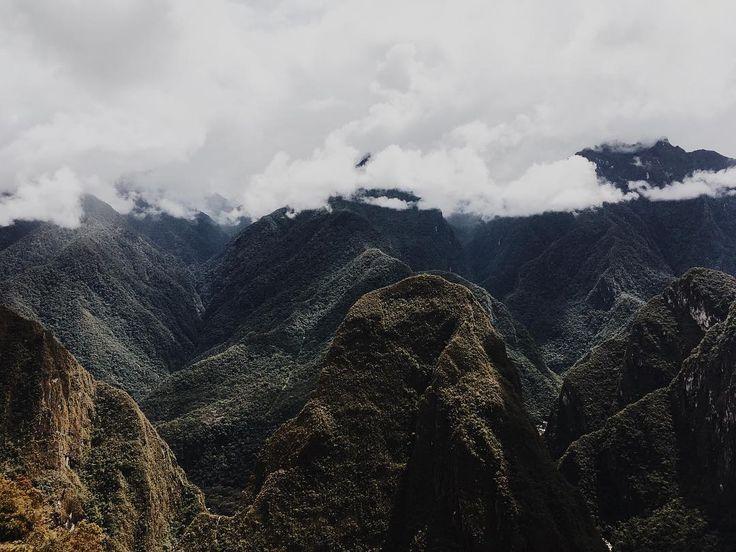 The mountains that surround the ruins of Machu Picchu. . . . . . #minimallandscape #minimalist #minimalista #xt2 #fuji #fujixt2 #fujifilm #vsco #vscocambrasil #landscape #landscapes #mountains #moutainview