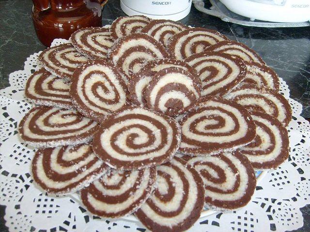 Grízes-mascarponés keksztekercs, kókuszkrémmel a közepén (sütés nélkül) - Egyszerű Gyors Receptek