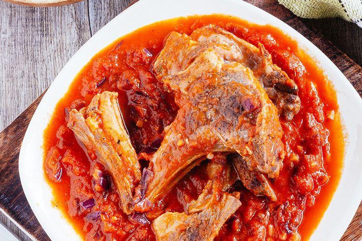 Costillitas de cordero en salsa de jitomate. Receta fácil con fotografías de la preparación y recomendaciones de cómo servirla. Recetas de carne de cordero. Recetas de carne. Recetas de costillas. Recetas fáciles y rápidas