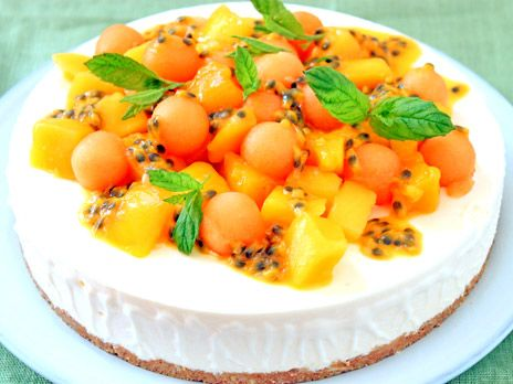 Frozen cheesecake med lemoncurd, mango, melon och passionsfrukt. Krispig botten av digestivekex, vit choklad och mandel!