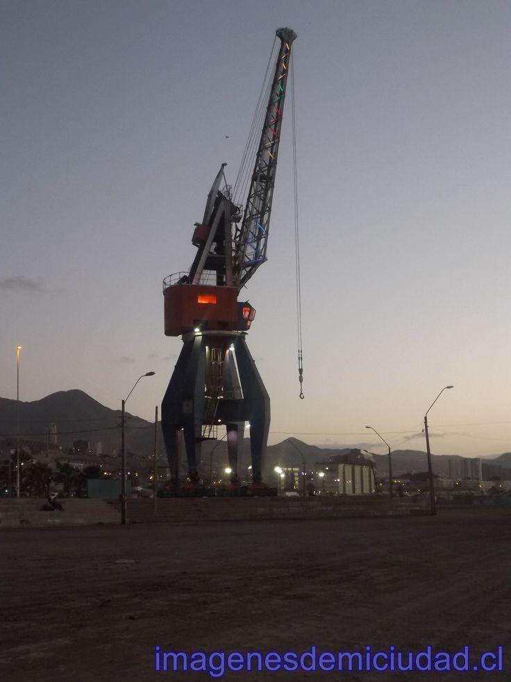 Grúas que se ocupaban en el Puerto de Antofagasta y hoy adornan toda la costa