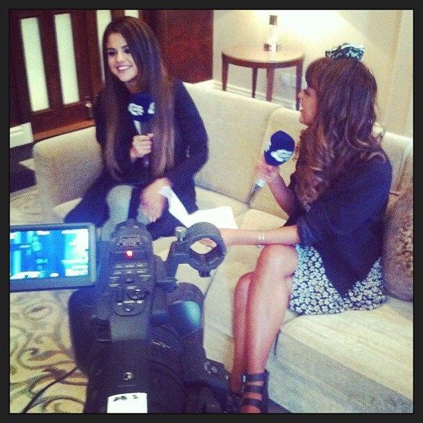 Selena realizando una entrevista para Capital FM en Londres