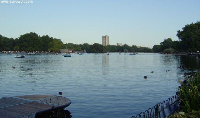 Gran lago en medio del parque Hyde Park.