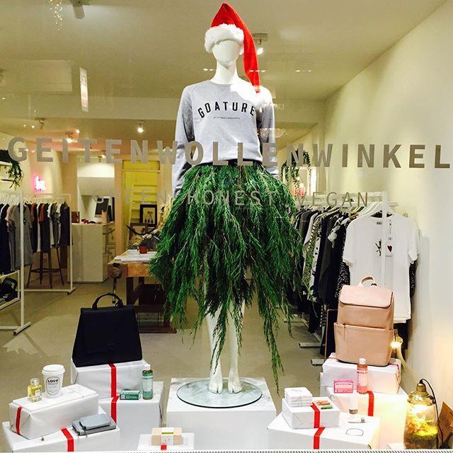 Onze nieuwe etalage  #kerst #kerstetalage #goature #geitenwollenshirts #utrechtsestraat #amsterdam