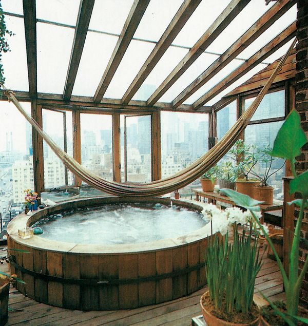 A hammock over a hot tub with view in a conservatory! Spa Home perfection!  Fab! Romantiek ten top met een serre aan je huis - Roomed | roomed.nl