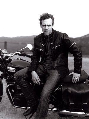 Hugh Laurie (da série Dr. House) numa combinação tradicional: jaqueta de couro, camiseta. jeans e botas. Todo homem deveria ter (pelo menos) um conjunto desses.