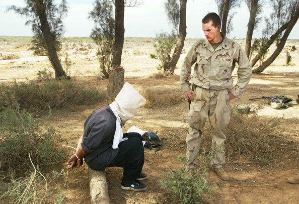 UN traductor Árabe, de la Force Recon adjunto a la 24ª Unidad Expedicionaria de los infantes de Marina, se prepara para interrogar a un prisionero iraquí 12 de abril de 2003 en el centro de Iraq, al norte de Nasiriya. El prisionero y otros dos fueron recogidos que huyen de los Marines y tratando de descartar uniformes militares e IDs. Force Recon Marines es el equivalente de las Fuerzas Especiales.